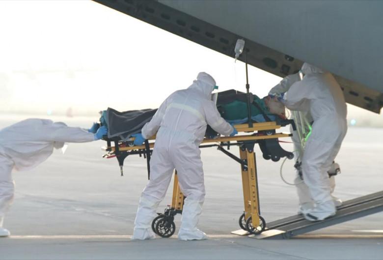 Un român infectat cu COVID a fost transferat într-un spital din străinătate